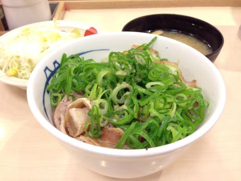 松屋のネギ塩豚カルビ丼