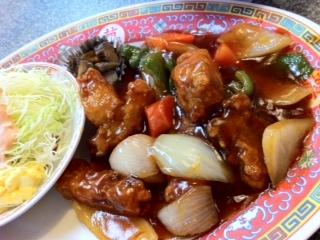 <br><br /> 最近の昼ご飯、うどんやそばが続いているので、今日はこってりと一番ラーメンで日替わり定食を頂きました(^o^)<br><br /> <p> </p><br /> 酢豚にわかめスープが付いて600円です。